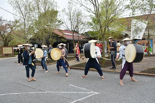 養老川(千葉県)を演奏しながらさかのぼり、途中の町で食事をもらう(写真:生江ゆかり、以下同)