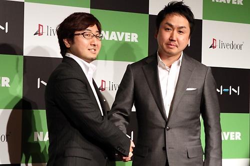2010年4月、ライブドアの子会社を発表するNHNジャパンの森川亮社長と、ライブドアの出澤剛社長(当時)