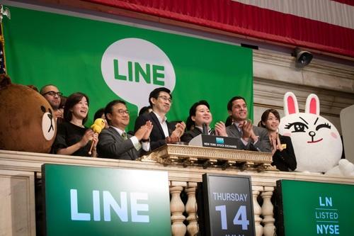 14日、ニューヨーク証券取引所はLINEカラーの緑色で彩られ、慎ジュンホ取締役CGO(最高グローバル責任者)や舛田淳取締役CSMO(最高戦略・マーケティング責任者)らがセレモニーに参加した