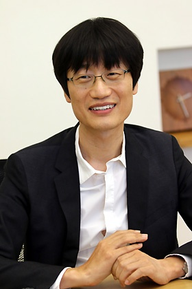 <b>李海珍(イ・ヘジン)</b></br> 1967年6月生まれ、49歳。NAVER Corporation(ネイバー)創業者・取締役会議長、LINE取締役。1990年ソウル大学コンピューター工学科卒、1992年KAIST(韓国科学技術院)で修士号取得、1992年サムスンSDS入社。1999年ネイバー設立、社長就任。2004年より現職