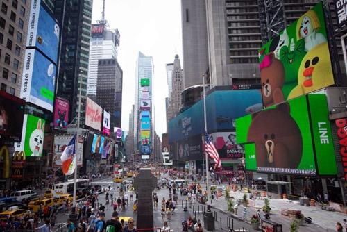 米ニューヨークのタイムズスクエアの屋外ビジョンに映しだされたLINEのキャラクターたち。ニューヨーク証券取引所での上場に合わせ、LINEの独立をアピールした