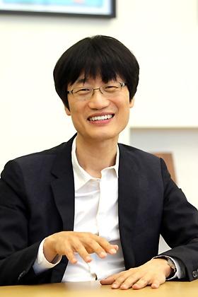 <b>李海珍(イ・ヘジン)</b></br>1967年6月生まれ、49歳。NAVER Corporation(ネイバー)創業者・取締役会議長、LINE取締役。1990年ソウル大学コンピューター工学科卒、1992年KAIST(韓国科学技術院)で修士号取得、1992年サムスンSDS入社。1999年ネイバー設立、社長就任。2004年より現職