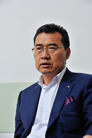 劉良氏 観致汽車CEO(最高経営責任者)。フォードやベルギーの部品メーカーを渡り歩いた後、COO(最高執行責任者)として観致に入社し、今春から現職。東京工業大学に留学して高分子材料の研究に取り組んでいた経験があり、日本語も堪能。(写真:町川秀人)