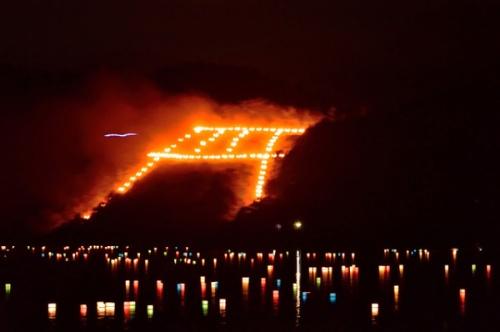 京都のお盆行事のハイライト「五山の送り火」(写真:PIXTA)