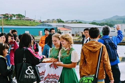 ビザなし交流で北方領土(色丹島)に上陸する際、ロシア人の少女からの歓迎のパンを食べるのが慣例になっている