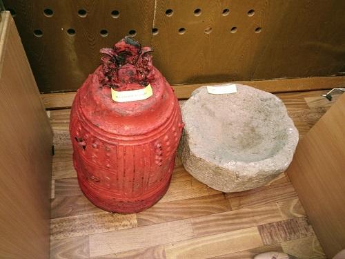 択捉島の博物館に置かれていた釣鐘と石臼