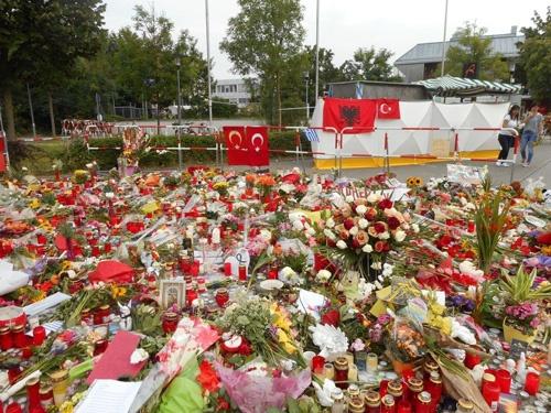 事件現場の様子。花束で埋まり、周囲は静まり返っていた。
