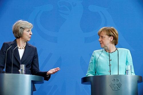 英テリーザ・メイ首相(左)と独アンゲラ・メルケル首相(右)。英国のEU離脱の正式交渉を巡る神経戦が続いている。(写真=ロイター/アフロ)