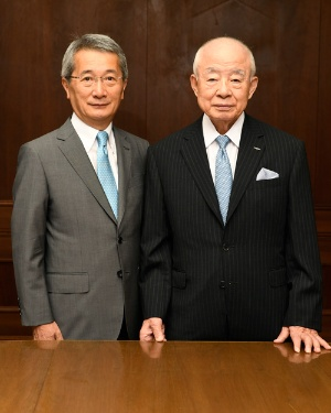 日比相談役(右)から安田社長(左)への経営上の指示は一切ないという