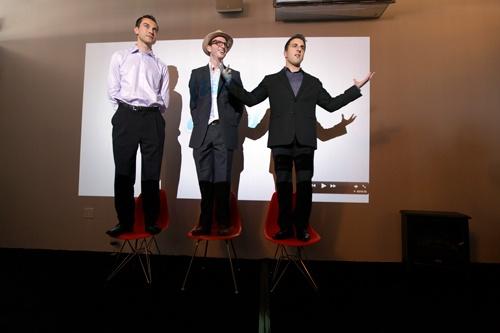 椅子の上に並び立つ若者たちは、左からネイサン・ブレチャージク、ジョー・ゲビア、ブライアン・チェスキー。エアビーアンドビーの創業者たちだ。彼らはいかに新たなサービスを生み、育てたのか。写真は2011年のもの(写真:The New York Times/アフロ)