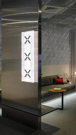 壁面ライトなどの製品もある。奥に並ぶのは吸音板。家電以外のラインナップも取り揃える。そのほかの写真もあわせ、詳細を日経デザイン7月号で解説している