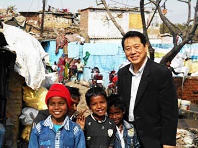 インドの子供たちと筆者