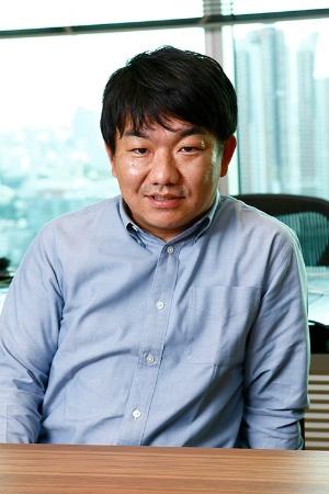 <b>かたぎり・たかのり</b> 1982年、静岡県生まれ。大学中退後、2005年に起業。07年に立ち上げたイラスト投稿サイト「pixiv」を同分野で世界有数のサービスに育てる。DMM.comの亀山敬司会長にスカウトされ、2017年1月から同社社長。(写真:竹井俊晴)