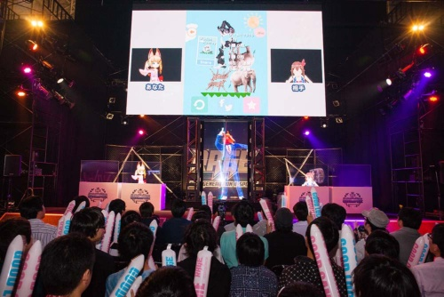 Vチューバーが共演したゲームイベント。左がねこます氏のキャラクター。(写真:室川イサオ)