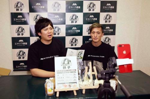 にんにく農家の宮原さん(左)はメルカリでもトップクラスの人気を誇る動画配信者だ(写真:生熊智)