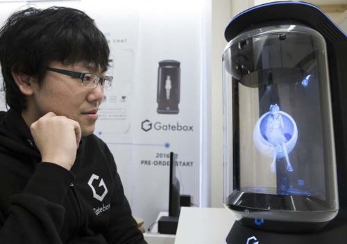 ゲートボックスの武地実CEO(左)と、開発するデバイス(右)(写真:Bloomberg/GettyImages)