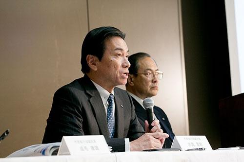 東芝の原子力事業を統括してきた志賀重範氏(中央、奥は前社長の室町正志氏)。志賀氏は巨額損失の責任を取るため、2月15日付で会長を辞任した(写真:的野 弘路、撮影は2016年3月)