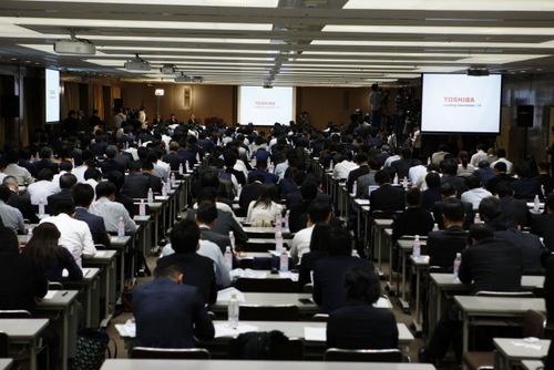3月14日に開かれた会見には記者と証券アナリストが多数、詰め掛けた