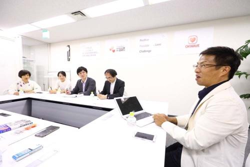 オープン編集会議メンバーの質問に答える兼元会長(右)