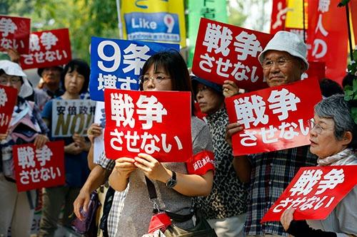 安全保障法制が国会で審議される中、街頭では反対派が各地で集会を実施した。「戦争させない」「9条壊すな」の文字が躍った(写真:AP/アフロ)
