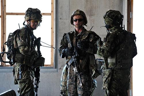 日米合同演習中に言葉を交わす陸上自衛隊の隊員と米海兵隊の兵士(写真:UPI/アフロ)