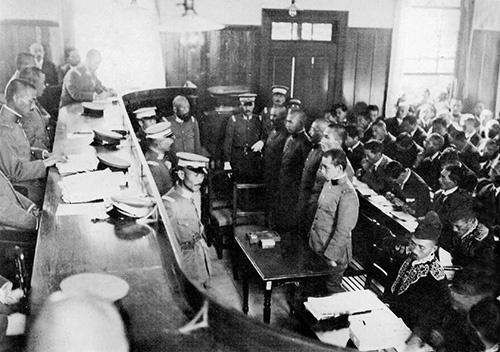 1923年に甘粕事件を裁いた軍法会議の様子(写真:近現代PL/アフロ)