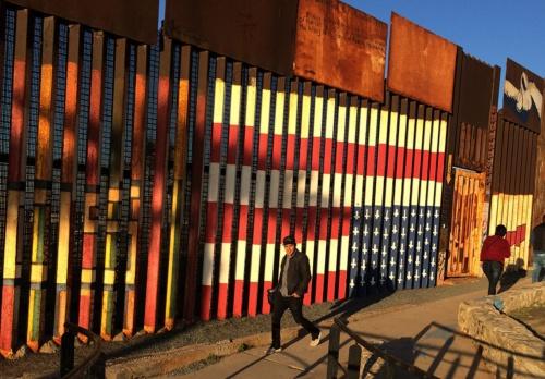 メキシコ・ティファナの国境(2017年)(写真:AP/アフロ)