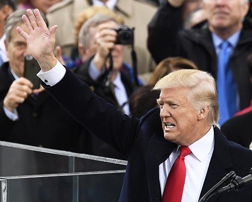 1月20日、米ワシントンの連邦議会議事堂前で就任演説を行った後、聴衆に手を振るトランプ米新大統領。(写真:UPI/アフロ)