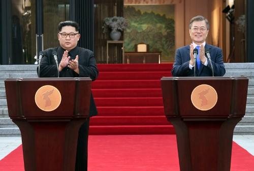 朝鮮半島の完全な非核化をうたった「板門店宣言」には、日本を「蚊帳の外」に置くかのような内容が盛り込まれていた (写真:代表撮影/AFP/アフロ)