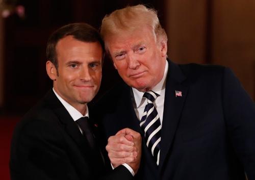 ドナルド・トランプ米大統領は4月24日、エマニュエル・マクロン仏大統領とホワイトハウスで会談し、イラン核合意などについて協議した。(写真:ロイター/アフロ)