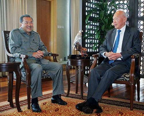 2005年4月、マレーシア・クアラルンプールにある執務室で、リー・クアンユー・シンガポール初代首相(当時、右)と談笑するマハティール首相(当時) (写真=ロイター/アフロ)