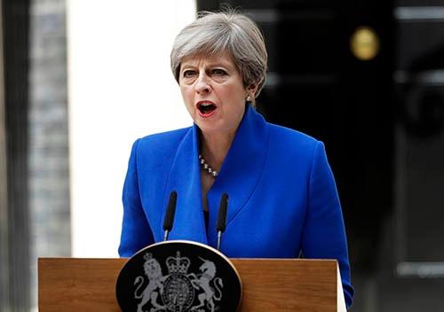 6月9日、英総選挙の結果を受け、首相官邸前で記者会見するテリーザ・メイ英首相。与党保守党は過半数割れとなったものの、続投を表明。欧州連合(EU)離脱(BREXIT)交渉を成功に導くと述べた。(写真:AP/アフロ)