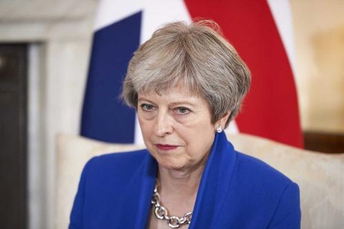 オウンゴールを繰り返す英国のメイ首相(写真=AFP/アフロ)