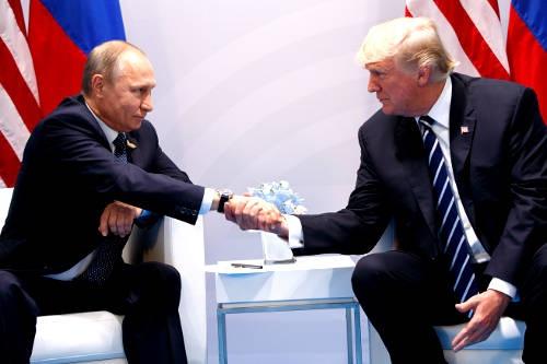 トランプ米大統領とプーチン・ロシア大統領は、20カ国・地域(G20)首脳会議が開催されたドイツのハンブルクで7月7日に初会談した。米露の核軍縮問題や、シリアやウクライナなど幅広い分野で意見交換したとみられ、会談は2時間15分と異例の長さになった。(写真:AP/アフロ)