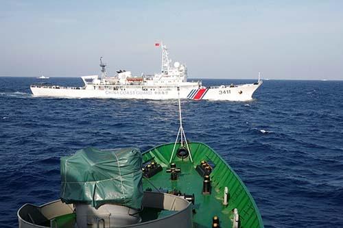 緊張の高まる南シナ海を航行する中国海警局の巡視船。中国が「海洋強国」への軍事戦略に傾斜すれば、中国の経済再生への道は遠くなる。(写真:ロイター/アフロ)