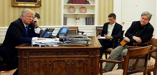 排外主義的な「米国第一主義」政策を推し進めてきた、スティーブ・バノン首席戦略官(右端)が8月18日付で解任された。写真は今年1月に撮影されたもの。バノン氏の左のマイケル・フリン氏(前大統領補佐官)もロシア疑惑によりすでに退任している。政権中枢幹部の更迭や退任が続き、トランプ政権内部は混乱している。(写真:ロイター/アフロ)