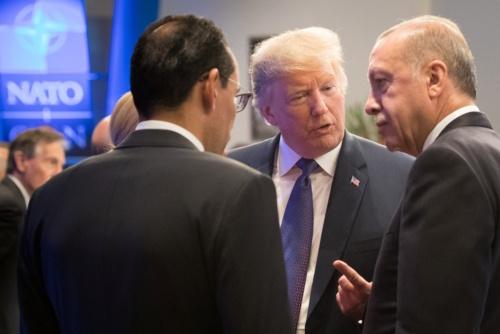 2018年7月11日、ブリュッセルで開かれた北大西洋条約機構(NATO)の夕食会で談笑するトランプ米大統領と、エルドアントルコ大統領(右)(写真=ロイター/アフロ)