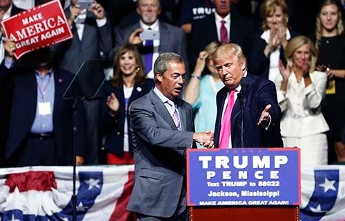 英国のEU離脱キャンペーンの中心的存在だったナイジェル・ファラージ氏(左)が8月24日、米大統領選の共和党候補ドナルド・トランプ氏の集会で演説した。民主党候補ヒラリー・クリントン氏への投票拒否を呼びかけたが…。(写真:AP/アフロ)