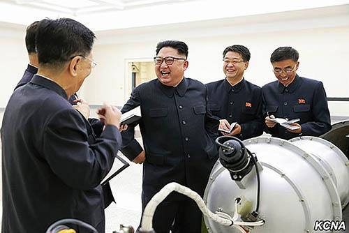 大陸間弾道ミサイルに搭載できるという「水爆」とされる物体を視察する北朝鮮の金正恩朝鮮労働党委員長(中央)。(写真:KCNA/UPI/アフロ)
