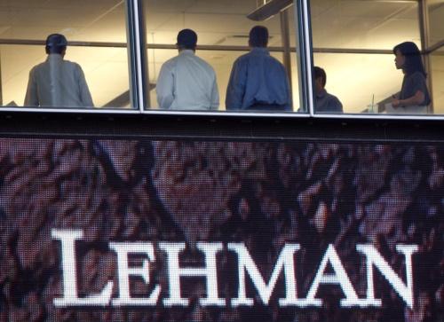 2008年9月16日、ニューヨークのリーマン・ブラザーズ本社で窓際に立つ社員ら。各国の中央銀行は米金融危機を受け、この日も金融市場に大量の流動性資金を投入した。(写真:ロイター/アフロ)
