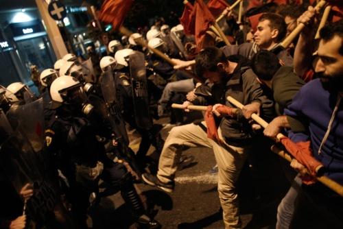 ギリシャ危機は深刻だった。2014年4月1日、ユーロ圏財務相会合でギリシャ追加融資を承認。アテネでは、抗議する人々が議会に押し寄せた(写真=AP/アフロ)