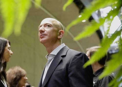 GAFAの勢いは止まらない。2018年1月29日、ジェフ・ベゾスCEO(最高経営責任者)率いる米アマゾンは時価総額1兆ドルを達成(写真=AP/アフロ)