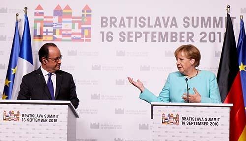 英国を除くEU27カ国の首脳らは9月16日、スロバキアの首都ブラチスラバで首脳会議を開き、EUの結束を訴える宣言を採択した。メルケル独首相(右)とオランド仏大統領(左)は会議後ともに記者会見を行い、英離脱決定後の27カ国の結束をアピールした。(写真:AP/アフロ)