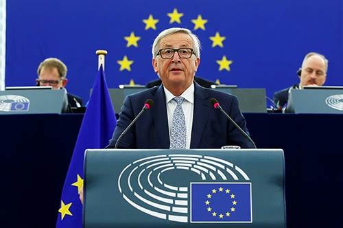 9月13日、仏ストラスブールの欧州議会で演説する欧州連合(EU)のユンケル欧州委員長。英国の離脱で結束が揺らぐEUの立て直しに向けて欧州統合の深化を訴えた。(写真:ロイター/アフロ)