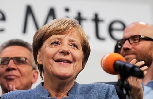 24日投開票のドイツ連邦議会選挙で、メルケル首相率いるキリスト教民主・社会同盟(CDU・CSU)が勝利した。だが一方で、新興右派「ドイツのための選択肢(AfD)」が第3党に躍進、ドイツ社会に衝撃を与えた。(写真:AP/アフロ)