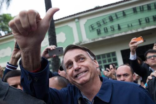 ブラジル大統領選では、極右の社会自由党の候補、ジャイル・ボルソナロ下院議員が首位に立った(写真:AFP/アフロ)