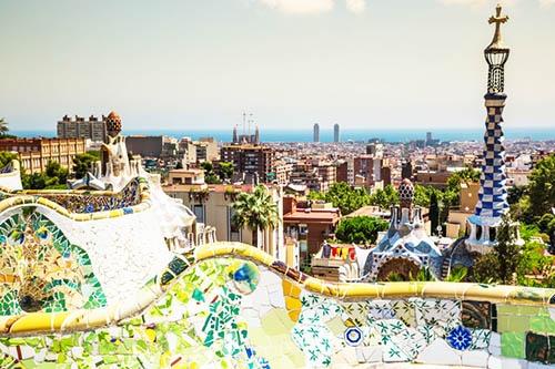 アントニ・ガウディが作った公園から一望したバルセロナの街。(写真:PIXTA)