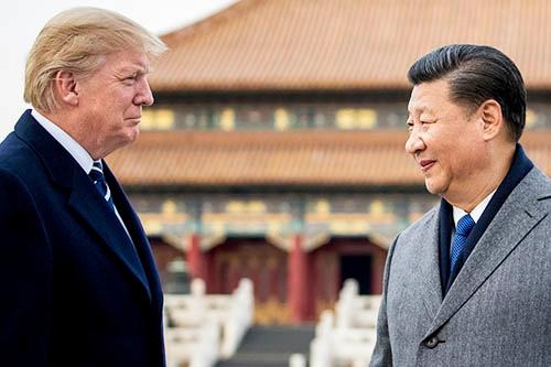 中国の習近平国家主席(右)は、明・清朝時代の皇宮「故宮(紫禁城)」でトランプ米大統領を歓待した。(写真:AP/アフロ)