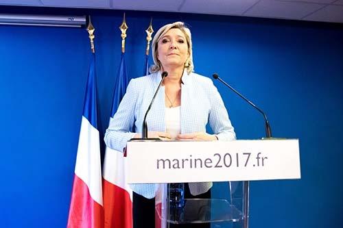 11月9日、トランプ氏が次期米大統領になることが決まった後、フランス・パリ近郊ナンテールの国民戦線党本部で記者会見するマリーヌ・ルペン党首。フランスでも来年の大統領選で番狂わせが起こり、ルペン氏が勝利するのではないかという見方がある。(写真=Christophe Morin/IP3/Getty Images)