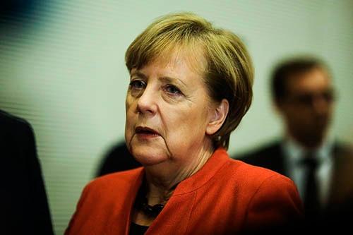 自身が率いるキリスト教民主・社会同盟(CDU・CSU)と、自由民主党(FDP)、緑の党による連立交渉が決裂し、窮地に陥った独アンゲラ・メルケル首相。20日、ベルリン市内。(写真:AP/アフロ)